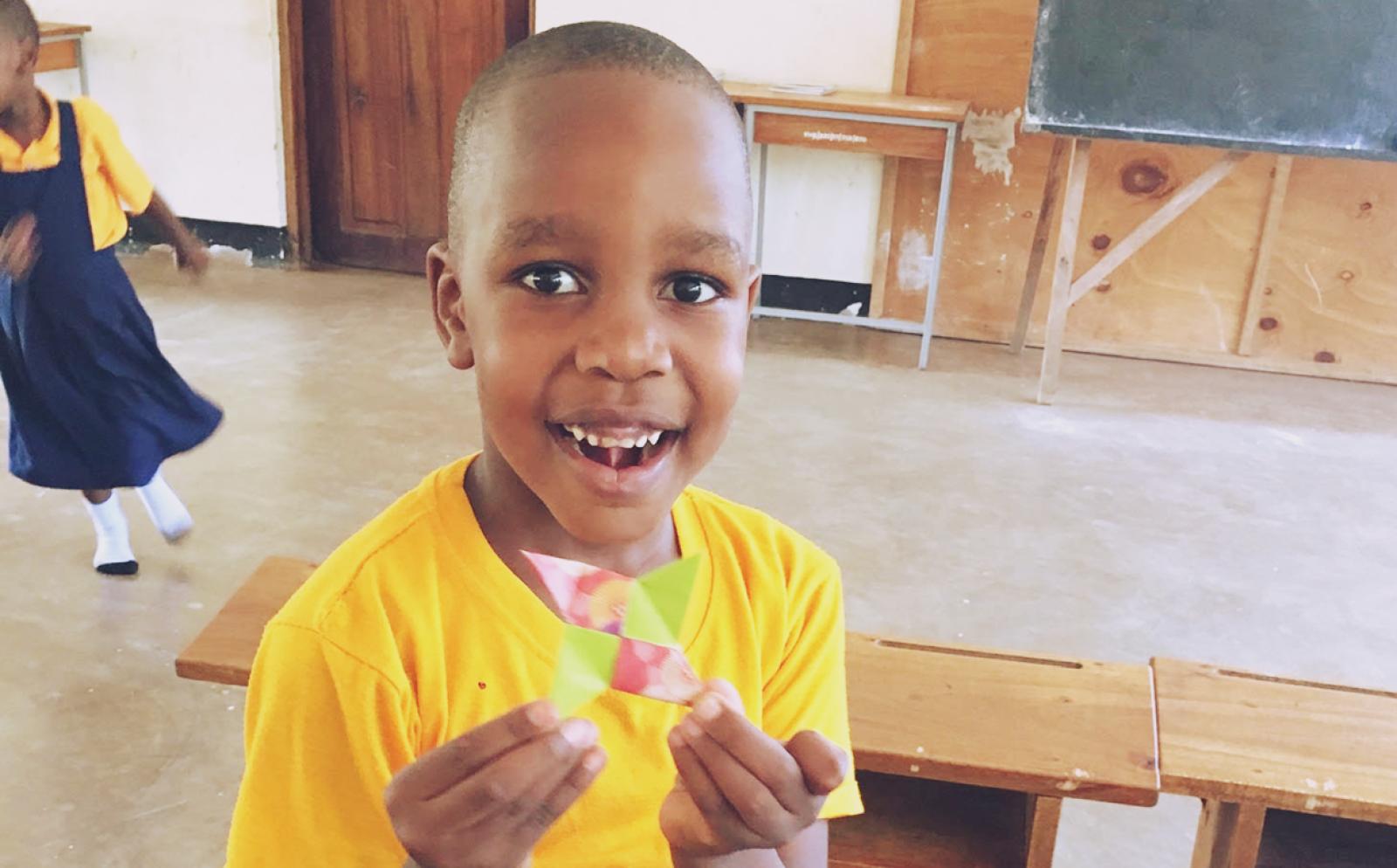教育ボランティア上島知佳子さんから学校で折り紙を教わったタンザニアの少年